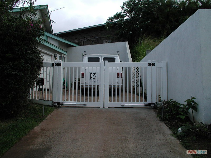 VINYL FENCE WITH REMOTE CONTROLLED GATE - CLOSED